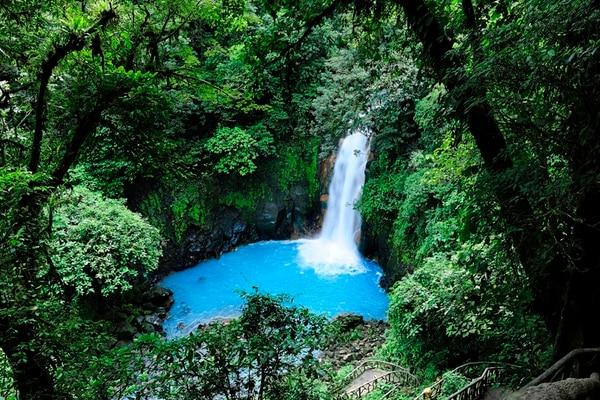 La catarata es el primer encuentro cara a cara con la majestuosidad de Río Celeste.