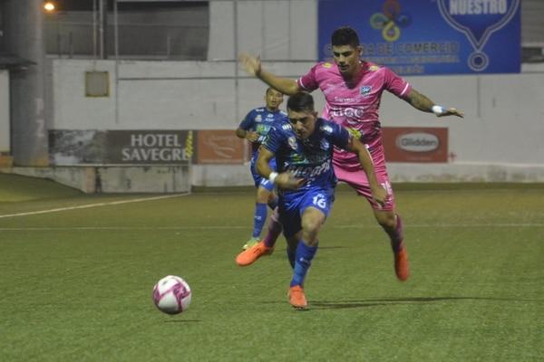 Gabriel Leiva marca a Anthony Mata en el Estadio Municipal de Pérez Zeledón. Foto: Mario Cordero.