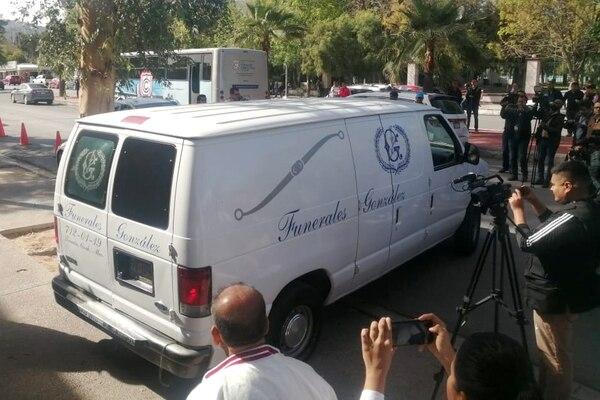 Un vehículo de una funeraria salía del Colegio Cervantes, en Torreón, México, escenario del tiroteo que dejó dos muertos, este viernes 10 de enero del 2020.