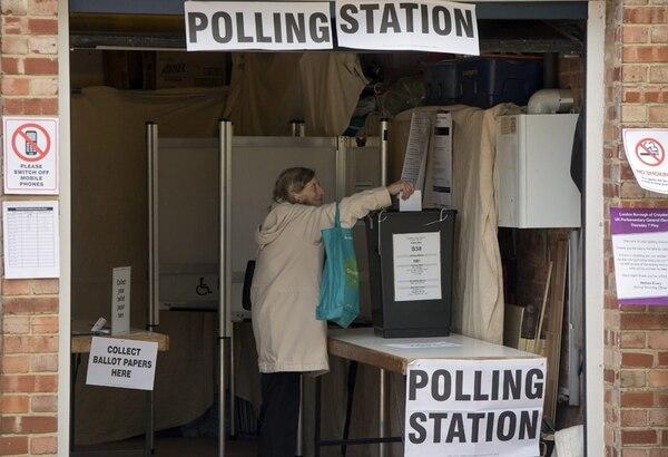 Una mujer votó ayer en Croydon, al sur de Londres. | EFE