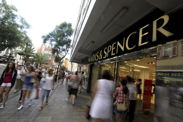 Varios turistas paseaban ayer frente a los grandes almacenes Marks & Spencer en Gibraltar. | EFE