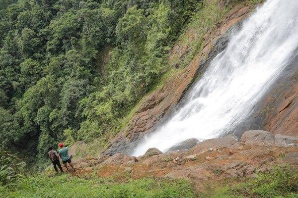 Si desea ver la catarata de Bijagual, deberá viajar 30 minutos desde Jacó hasta el punto de partida, luego hacer una cabalgata y una caminata en la montaña. Lo vale. Foto Jeffrey Zamora