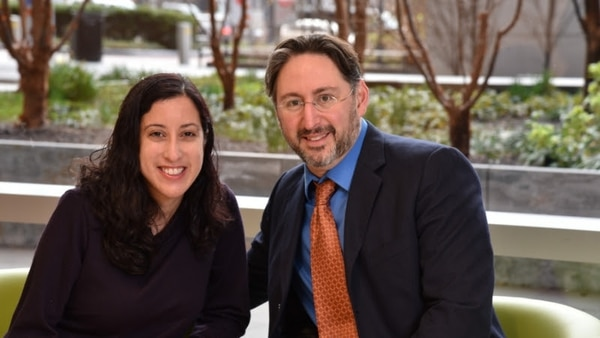 Nina Martínez es portadora de VIH y donó su riñón. En la fotografía posa con Dorry Segev, cirujano a cargo del procedimiento. Fotografía: Johns Hopkins Medicine
