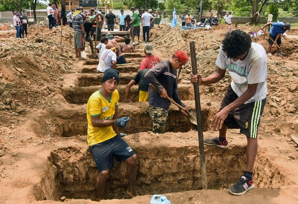 Trabajadores nicaragüenses cavan tumbas en el cementerio Caminos del Cielo, en Managua, el 23 de mayo del 2020, durante la pandemia. Foto: AFP