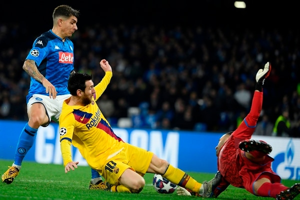 Barcelona's Argentine forward Lionel Messi (C) fouls Napoli's Colombian goalkeeper David Ospina (R) leading to a yellow card during the UEFA Champions League round of 16 first-leg football match between SSC Napoli and FC Barcelona at the San Paolo Stadium in Naples on February 25, 2020. (Photo by Filippo MONTEFORTE / AFP)