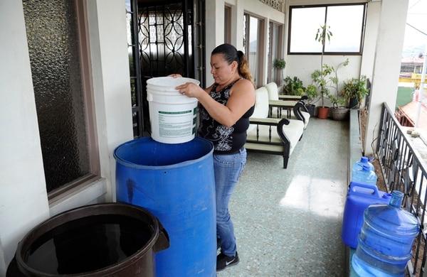 En Aserrí centro, Claudia Torres recoge agua cada día, tanto en su hogar, como donde trabaja como servidora doméstica. Llevar agua en balde es su ritual diario. | GRACIELA SOLÍS