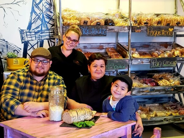 La panadería Arte Pan, negocio de Fabián Solano, es una empresa familiar que crece alrededor de la masa madre. En la foto, de izquierda a derecha aparecen Fabián, su hermana Susan Solano, su madre Yadira Navarro y su sobrino Felipe Valverde. Cortesía de Fabián Solano