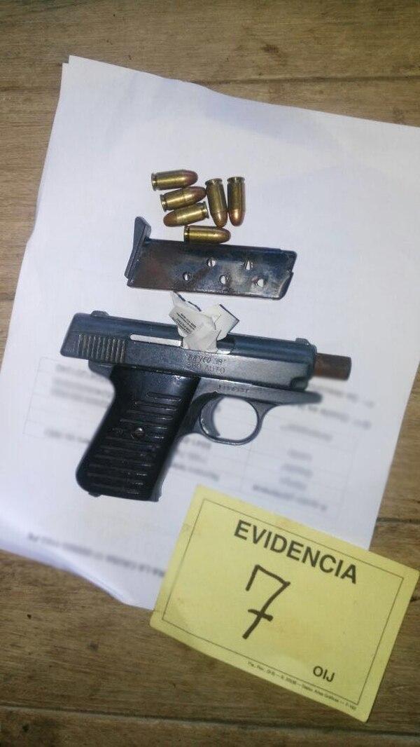 Esta fue la pistola que decomisaron durante los allanamientos en Matina.