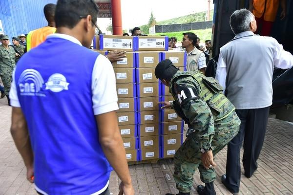 Personal del Consejo Nacional de Electoral (CNE) supervisaba en Quito el material que será distribuido a las juntas receptoras de votación.