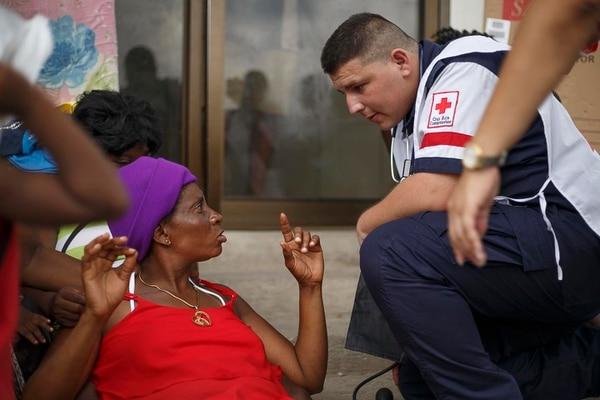 Cruz Roja atiende africanos en la frontera sur.