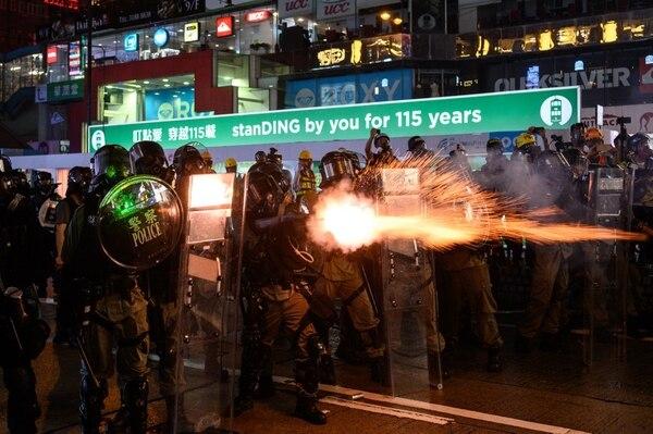 31 de agosto de 2019. La policía lanza gases lacrimógenos en una bahía de Hong Kong contra manifestantes en la ciudad semi-autónoma. Foto: AFP