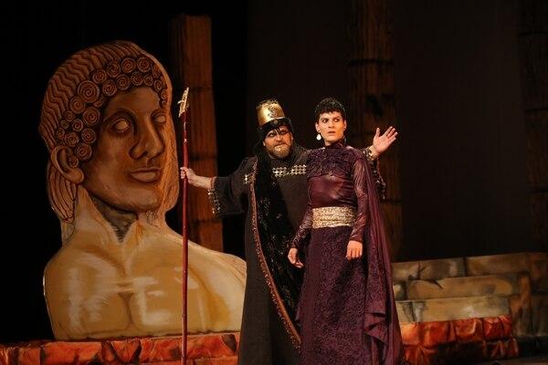 Una de las escenas del montaje de 'Edipo rey', que se presenta desde esta semana en el Teatro Nacional. Aquí, Ether Porras (más joven) como Edipo y Raúl Arias como el sacerdote. Fotografía: John Durán.