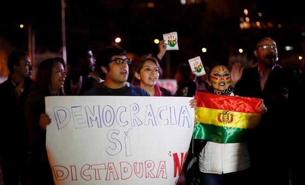 Manifestantes opositores al presidente Evo Morales se congregaron el martes en la noche en la La Paz mientras demandaban conocerse los resultados finales del referendo..   EFE
