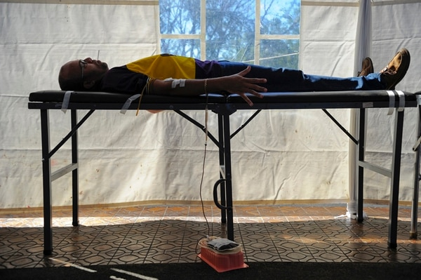 Julián Arauz Salazar, de 42 años, fue uno de los que ayer donó sangre en la CCSS. Mientras le extraían sangre, disfrutó de un popi. | MAYELA LÓPEZ