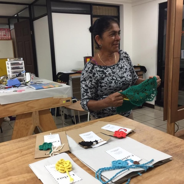 Carlota Mora incorporó luces led a sus bolsos de tejidos tradicionales. Ella pertenece a pueblos originarios.
