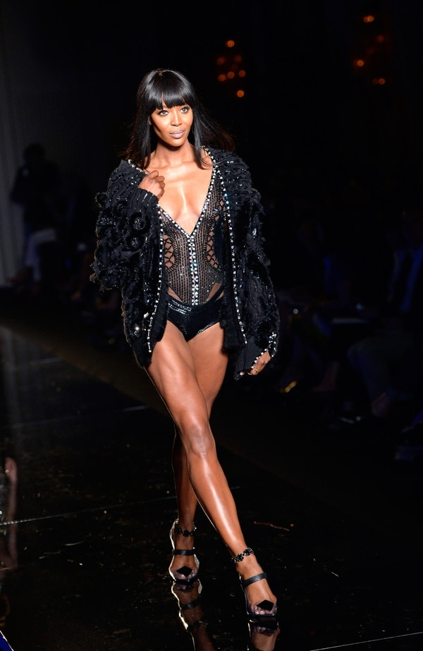 Naomi Campbell desfilando para Versace en el 2013.