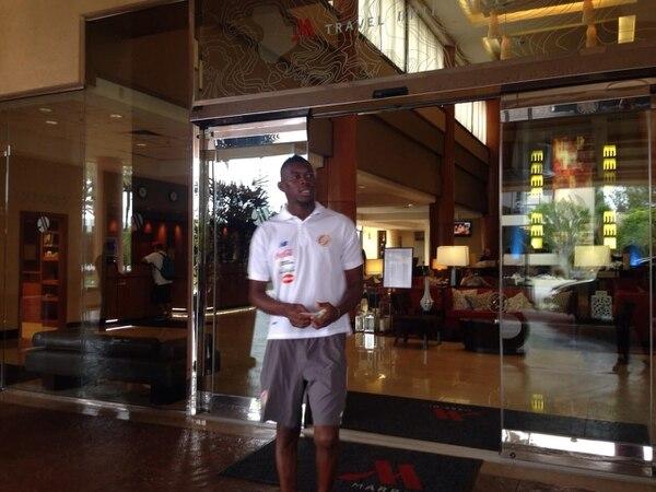 El defensor Keyner Brown en las afueras del hotel en Los Ángeles, donde se hospeda la Selección Nacional.