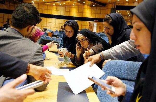 Periodistas iraníes seguían el domingo, en el Ministerior del Interior, en Teherán, la evolución de los escrutinios de los resultados de las elecciones parlamentarias y de la Asamblea de Expertos.