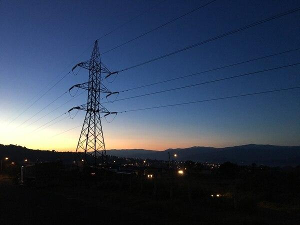 Amanecer visto a las 5:30 a. m. desde Quircot, Cartago, la mañana del lunes 27 de febrero de 2017. Al fondo, el macizo del cerro de la Muerte
