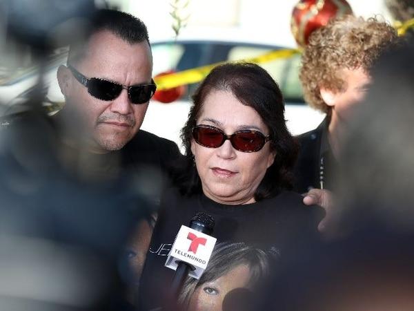 Rosa Rivera, madre de Jenni, es consolada por su hijo Pedro Rivera Jr. La familia dijo que pronto anunciarán los detalles del funeral para la despedida pública de la artista. EFEAlistan funerales.