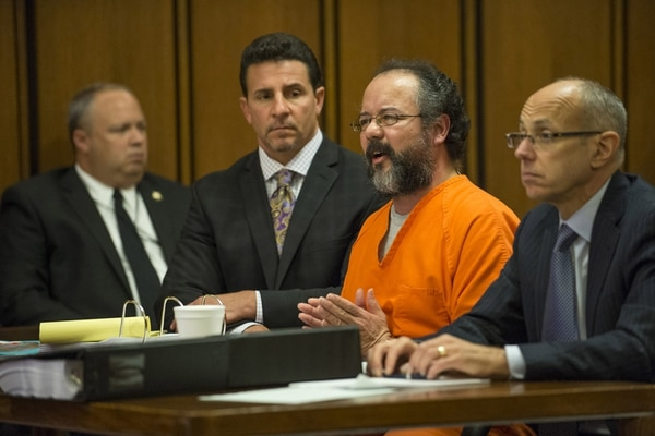 Ariel Castro se dirigió ayer a la Corte antes de dictarse la sentencia en su contra por haber secuestrado y violado a tres mujeres. | AFP