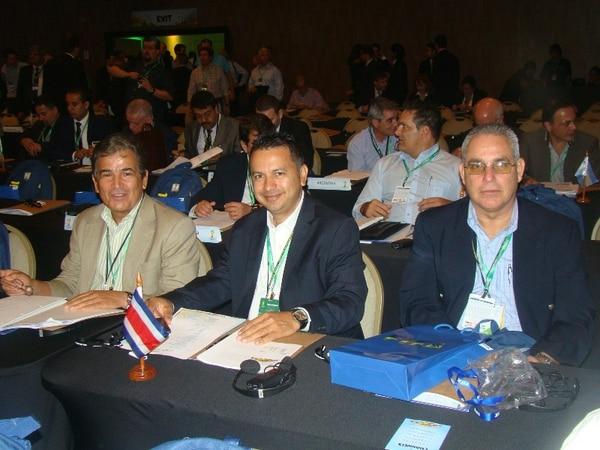 Pinto, junto al actual presidente de la Fedefutbol, Rodolfo Villalobos, y el exsecretario general Rafael Vargas.