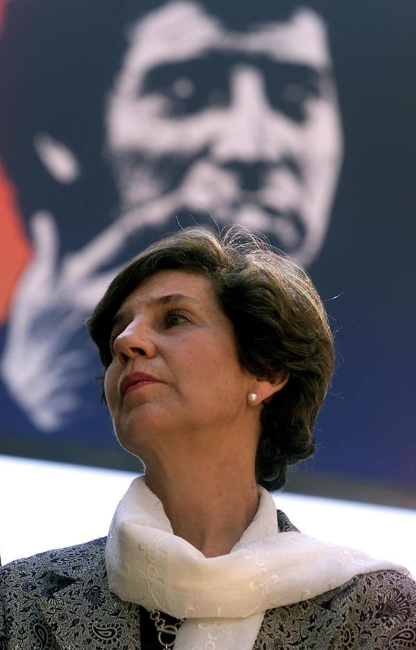 Isabel Allende, hija del extinto presidente socialista Salvador Allende, es la primera mujer en dirigir el Senado de Chile.
