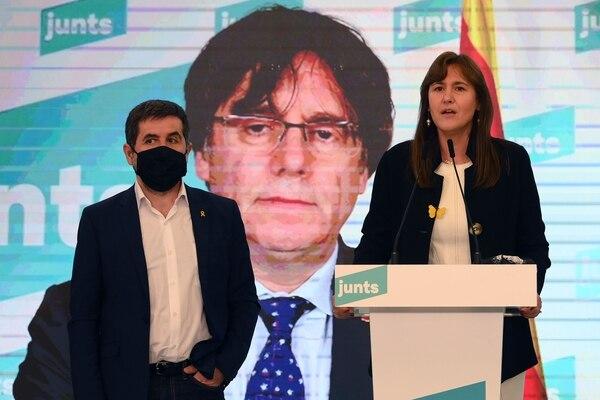 Laura Borrás, candidata de Junts per Catalunya (JxC) a presidir el gobierno autónomo, habló el domingo 14 de febrero del 2021 tras los comicios. La acompañaron Jordi Sánchez (izquierda) y el expresidente Carles Puigdemont, quien participó por videoconferencia. AFP