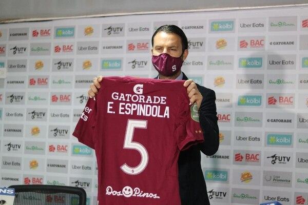 Víctor Cordero presentó la camiseta del argentino Esteban Espíndola, quien usará un número de peso en al Monstruo. La presentación se hizo virtual, ya que Espíndola se encuentra en Honduras. Fotografia: Facebook Saprissa