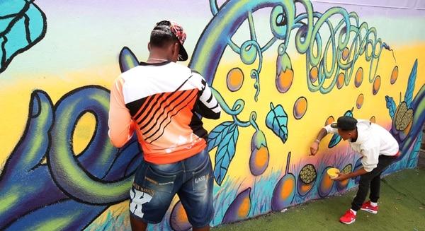 Seis reclusos de la cárcel Adulto Joven pintaron el mural en Granadilla. Graciela Solís.