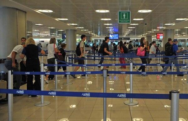 Turistas en el aeropuerto Juan Santamaría. | ARCHIVO/MAYELA LÓPEZ