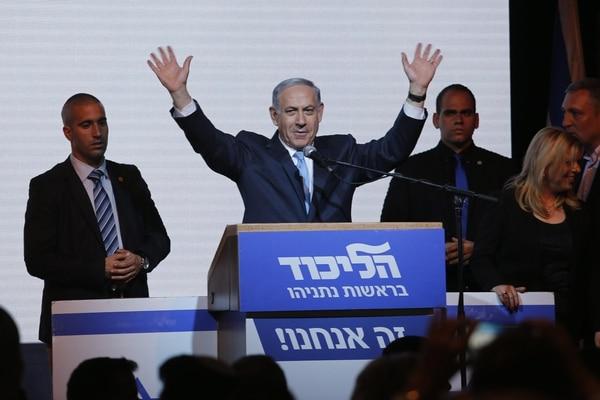 El primer ministro israelí, Benjamin Netanyahu, saluda a sus seguidores mientras pronuncia un discurso, en Tel Aviv (Israel). Netanyahu defendió la necesidad de formar un gobierno 'fuerte y estable' con todas las formaciones de derechas tras las elecciones celebradas este martes.