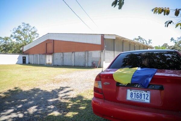El pastor Angelo Castillo, de una congregación en Pococí, lleva una bandera de Restauración Nacional en su carro, afirma que usar ese signo externo no influye en el voto de quienes asisten a sus iglesias. Fotografía: Jeffrey Zamora.