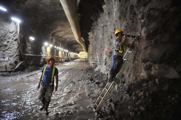 Operarios del ICE trabajaban en abril del 2011 en un túnel; eran obras exploratorias para el plan que está paralizado pues los pueblos indígenas deben emitir su opinión. | ARCHIVO /ABELARDO FONSECA