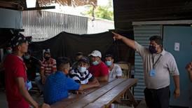 ONG atiende a gente con covid-19 en áreas dominadas por pandillas en El Salvador