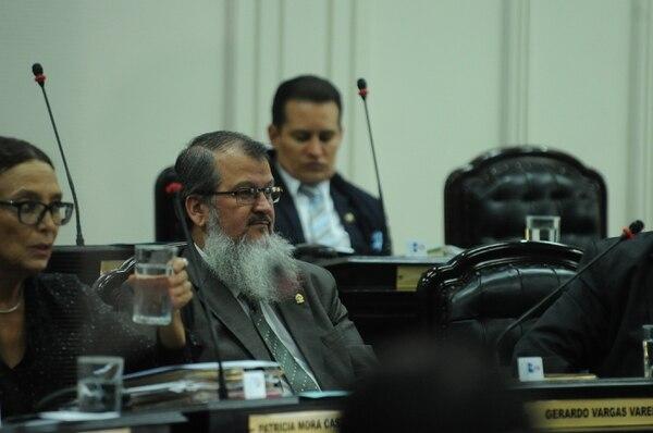 Gerardo Vargas Varela escucha la réplica de Ronny Monge.