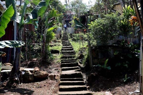 Para salir de la casa de Melba Reyes se deben caminar 150 metros de gradas. Fotografía: John Durán