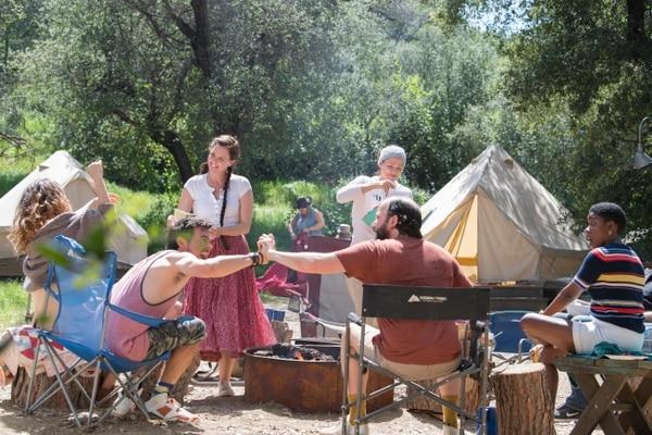 La serie 'Camping', de estreno en HBO, cuenta con las actuaciones de Jennifer Garner, David Tennant y Juliette Lewis. Fotografía: HBO para La Nación