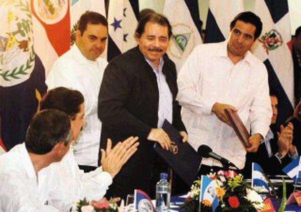 El mandatario nicaragüense Daniel Ortega (centro) reunido el jueves en Managua con sus contrapartes de Honduras, Manuel Zelaya (a la izquierda); de El Salvador, Antonio Saca, y de Panamá, Martín Torrijos. | AP