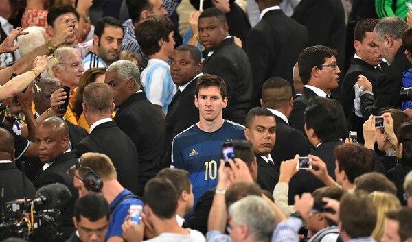 Lionel Messi recogió con poco ánimo su premio al mejor jugador del Mundial. Luego comentó que le supo a poco el galardón. | AP