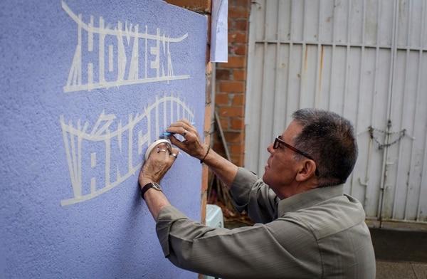 1. Gerardo Picado trabaja manualmente todos sus rótulos, con ayuda de la cinta adhesiva.