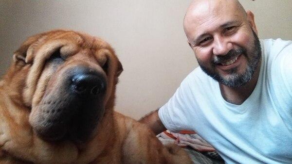 En esta foto de abril del 2018, Oswaldo Alvarado posa feliz, con su adorado perro. Facebook.
