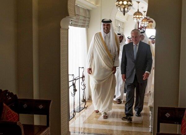 El emir de Catar, Tamim Bin Hamad Al Thani, dio la bienvenida el martes al secretario de Estado norteamericano, Rex Tillerson, con quien se entrevistó en Doha.