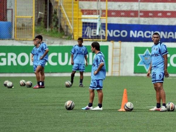 Maximiliano Ardetti (10) y Cristian Lagos (9) trabajaron ayer en la primera práctica táctica que tuvo el Santos en esta pretemporada. Lagos definirá hoy si se mantiene en el equipo o se marcha al futbol de China. | ALONSO TENORIO