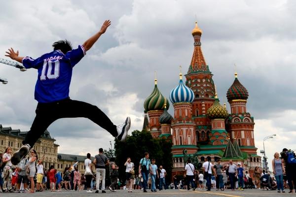 Un aficionado saltó el año pasado durante el mes de junio en la Plaza Roja de Moscú vestido con la camiseta de su ídolo: el francés Zinedine Zidane. Fotografía: AFP