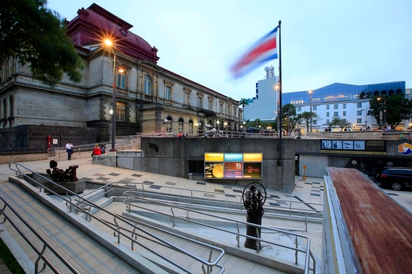 La Plaza de la Cultura se inauguró en 1982. Desde entonces ha sufrido cambios, pero sigue siendo un sitio muy frecuentado en San José. Foto: Rafael Pacheco/Archivo.