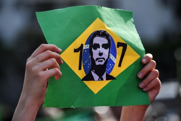Un seguidor del candidato presidencial de ultraderecha, Jair Bolsonaro, le expresó su apoyo el 16 de setiembre del 2018 frente al Hospital Israelita Albert Einsten, en Sao Paulo.