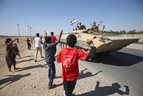Iraquíes daban la bienvenida este lunes 16 de octubre del 2017 a las tropas de Bagdad que ingresaban a un barrio en los suburbios del sur de la ciudad de Kirkuk.