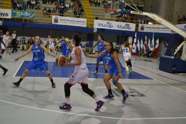 La selección femenina de baloncesto (blanco) debutó este miércoles en el Cocaba en el Polideportivo de Cartago