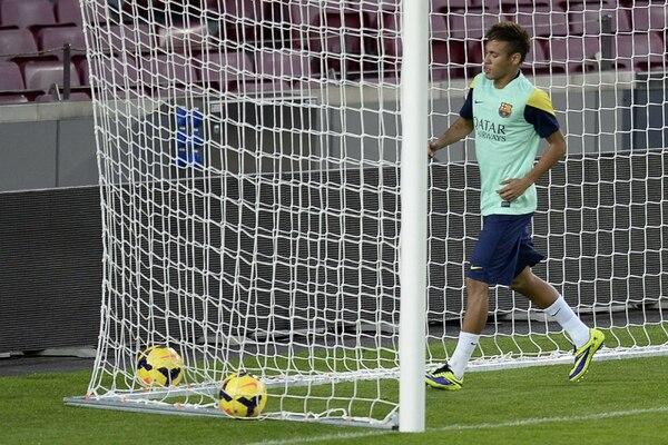 Neymar no está al nivel que en el Santos, pero su adaptación al Barcelona va por buen camino. | AFP